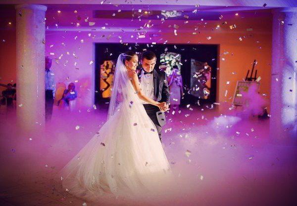 couple-dancing-ther-wedding_1157-93