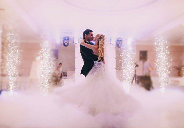 newlyweds-dancing-together_1157-471