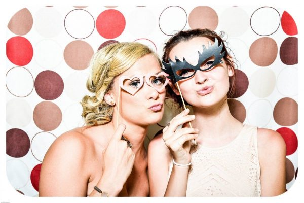 photo_booth_wedding_party_girls_fun_glasses-537398